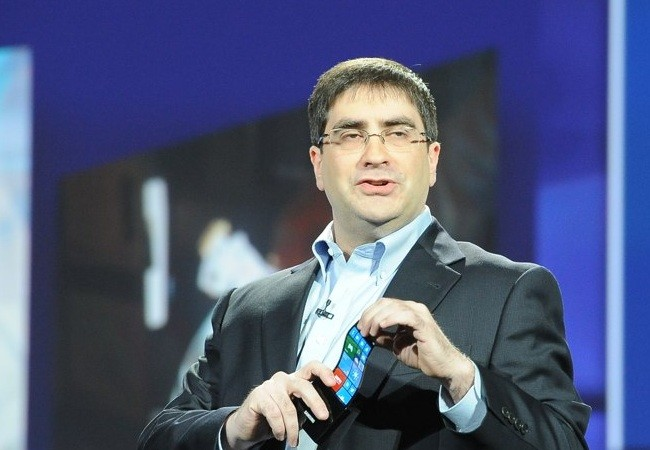 Eric Rudder, CTO de Microsoft, flexionando la pantalla Youm de un Windows Phone. (Foto: Engadget)