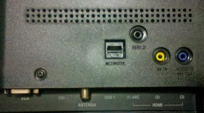En la parte trasera encontramos la mayoría de los conectores del televisor, con la excepción de dos puertos USB y uno HDMI laterales de fácil acceso.