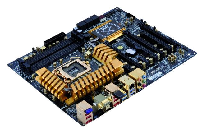 El disipador de calor que cubre los reguladores de voltaje tienen un tamaño considerable.