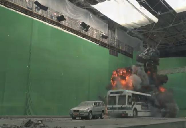 """La escena en la que Thor salta en medio de una calle devastada con cientos de autos destrozados, en la realidad es """"sólo"""" esto."""