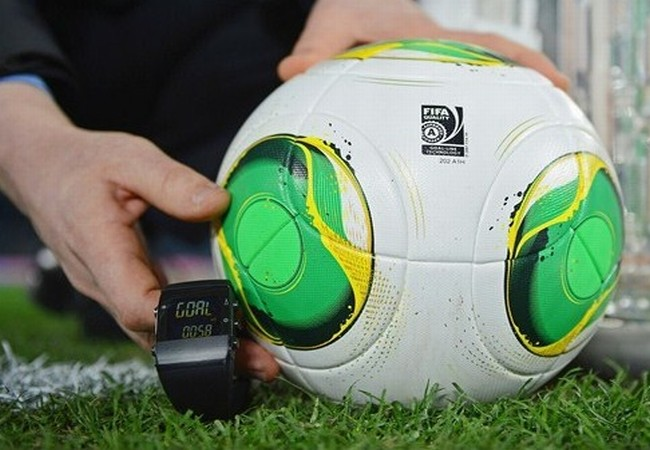 Los árbitros del mundial 2014 llevarán un indicador electrónico para determinar si la pelota entró al arco.