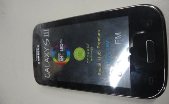 Aunque se parezca a un Samsung Galaxy S III, es un teléfono falsificado de una notable similitud externa, secuestrado por la AFIP.