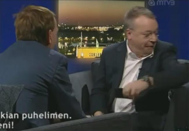 El periodista entrega su iPhone y Elop se apresta a solucionar un problema. Un IPhone menos para la competencia.