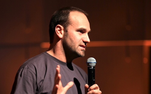 """Shuttleworth explicó que la decisión de llevar Ubuntu al mercado móvil es la mejor manera de popularizar Linux, y llevarlo """"a las masas""""."""