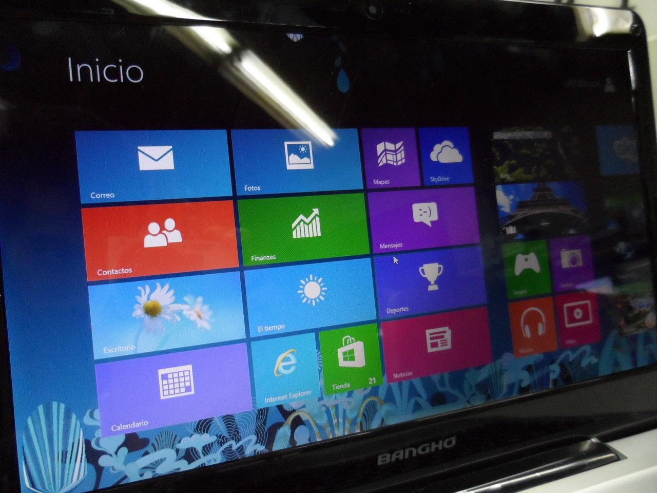 La superficie espejada de la pantalla puede ser molesta dependiendo de la iluminación