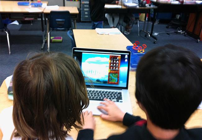 Los chicos aprenden a programar y juegan al mismo tiempo