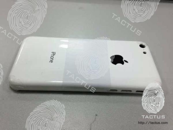 """Según se ve, la pieza sería de policarbonato, lejanamente parecida al """"backplate"""" del iPhone 3G y 3GS."""