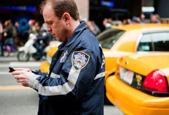 Los 400 teléfonos distribuidos entre los oficiales no pueden enviar o recibir llamadas, sino que se valen solamente de la conexión de datos.