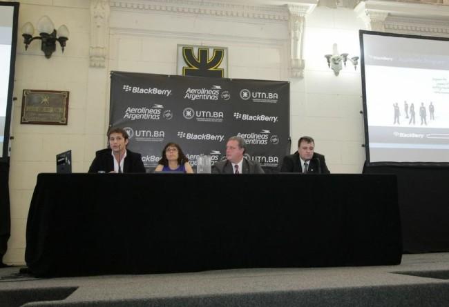 Bryan Tafel, Ruth Landenheim, Andres Bursztyn e Ignacio Echechiquia en la presentación de TechCenter de BlackBerry y la UTN.