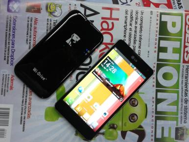 Comparación de tamaño entre el Wi-Drive y un smartphone con pantalla de 4,7 pulgadas.