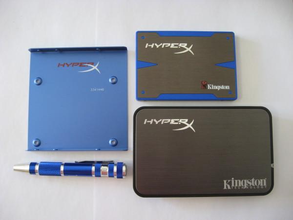 Otra vista del disco y los accesorios. Se puede apreciar claramente la estilizada carcasa USB 2.0.