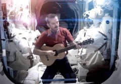 "Crhis Hadfield interpretando ""Space Oddity"" en el espacio."