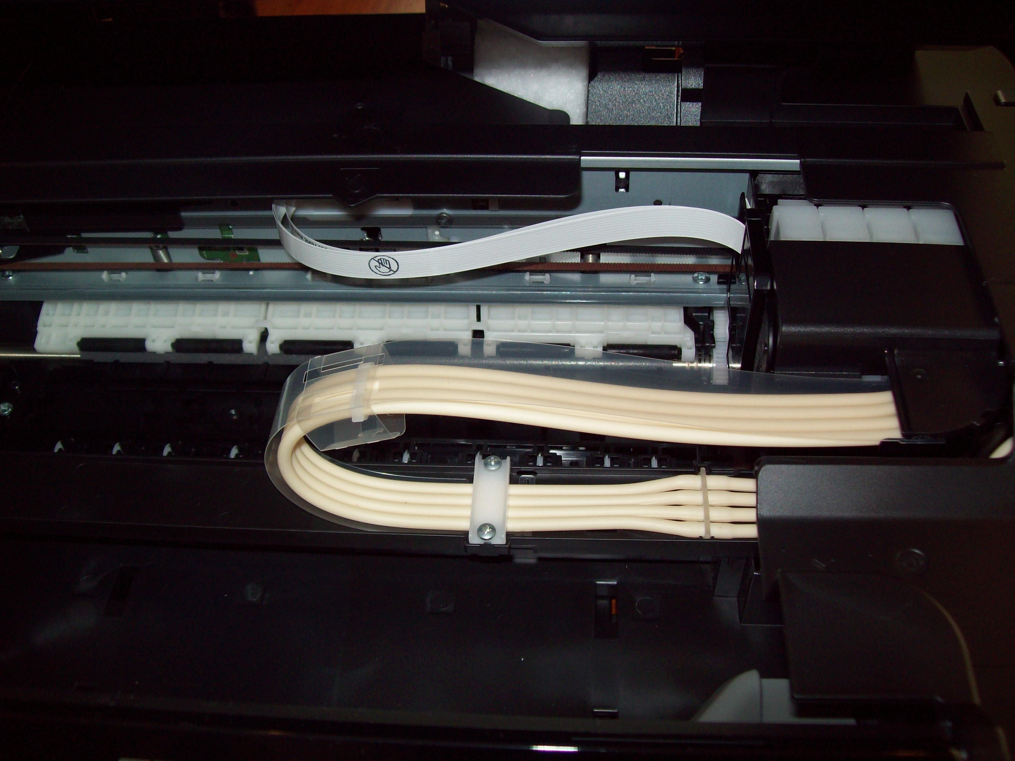 El sistema esta ensamblado prolijamente como parte de la impresora.