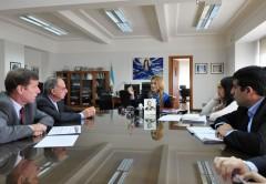 La ministra de Industria Débora Giorgi (centro), junto a los directivos del Grupo Mirgor.
