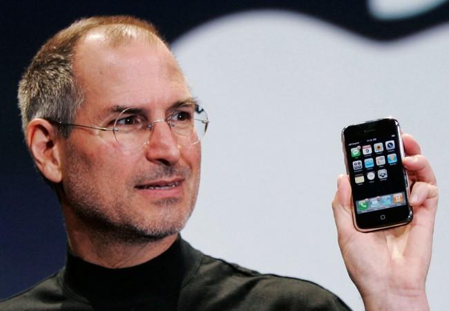 Steve Jobs mostró el primer iPhone en la MacWord de principios de 2007. El 29 de junio salió a la venta. Y el mundo de los smartphones no volvería a ser igual.