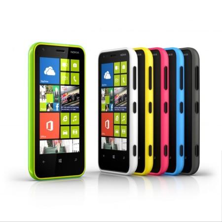 El Lumia 920 mantiene la tradición rectangular de Nokia, y por ello resulta un poco incómodo al apoyarlo en las palmas de las manos.