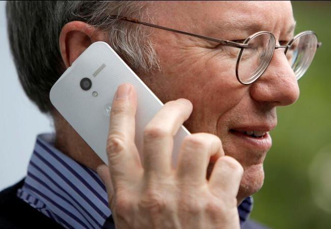 Schmidt aparece utilizando, probando, el futuro smartphone de Motorola.