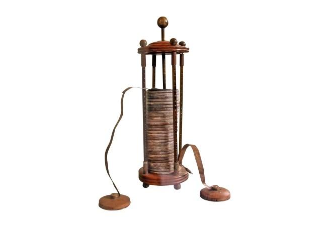 Para la batería, Volta apiló en forma alternada discos de cobre y de zinc, intercalando entre ellos pañuelos húmedos (arriba Cu, abajo Zn).