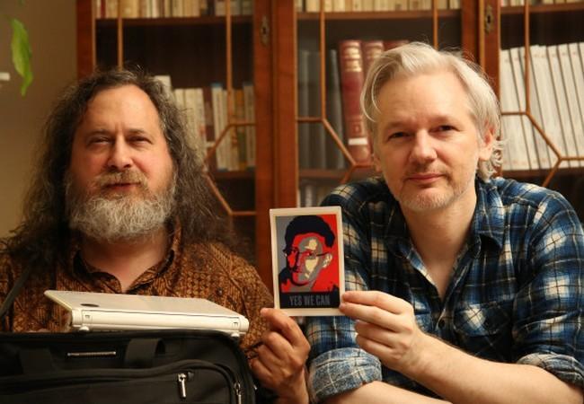 Stallman y Assange, con una foto de Snowden en la mano.