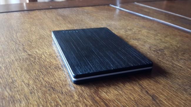 El diseño de plástico, con textura similar al aluminio cepillado.