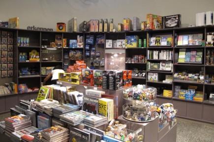 La tienda de souvenirs es la perdición para los amantes de los gadgets. Encontramos desde robotitos a cuerda hasta drones controlados desde el iPad o el iPhone.