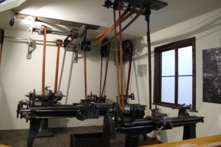 En los inicios de la revolución industrial, un gran motor a vapor proveía de una gran fuerza de rotación que era trasladada a todas las máquinas de una industria a través de cintas. Hoy cada máquina cuenta con su propio motor.