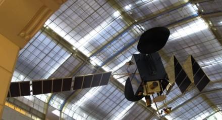 Un completo satélite con sus paneles solares es una de las primeras cosas que vemos al entrar al museo.
