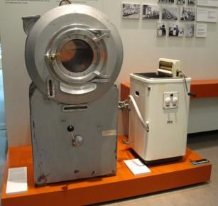 ¿Ustedes se quejan de que el lavarropas no entra en el lavadero? Deberían probar con este monstruo de metal (kit de lavadora + secadora).
