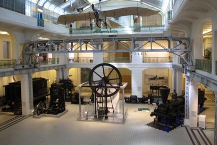 Las salas del museo son capaces de albergar desde locomotoras completas hasta una réplica de los primeros aviones.