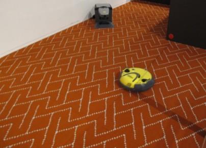 Este robot es furor actualmente en lo que respecta a limpieza en el hogar. Es capaz de encargarse de los pisos de la casa, y se dirige automáticamente a su estación de carga cada vez que lo necesita.