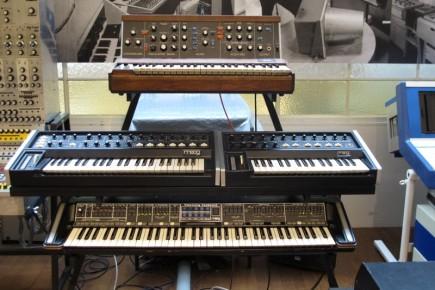 La genialidad creada por Robert Moog, pionero de la música electrónica, capaz de crear una infinidad de sonidos. En la parte superior vemos al minimoog, y debajo otros modelos de su empresa.