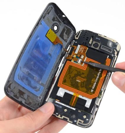 En esta foto del sitio Ifixit.com, la batería del Moto X diseñada con forma curva para llenar por completo la carcaza, que, gracias a esto, no suena a hueco.