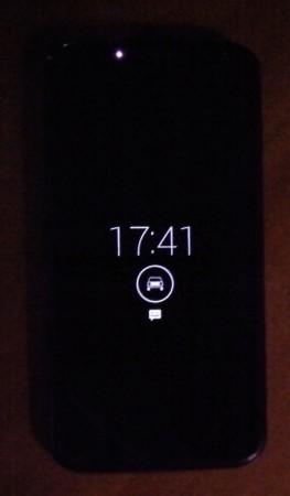 El equipo se enciende solo cada tanto o cuando detecta movimiento, mostrándonos la hora y las notificaciones.