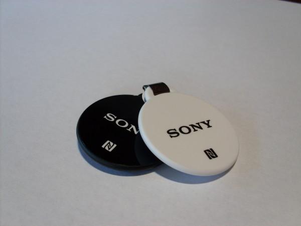 Las Smart tags incluidas vienen en dos colores, blanco y negro.