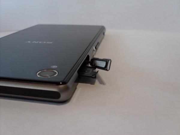 La cubierta de la bandeja de mini-SIM.