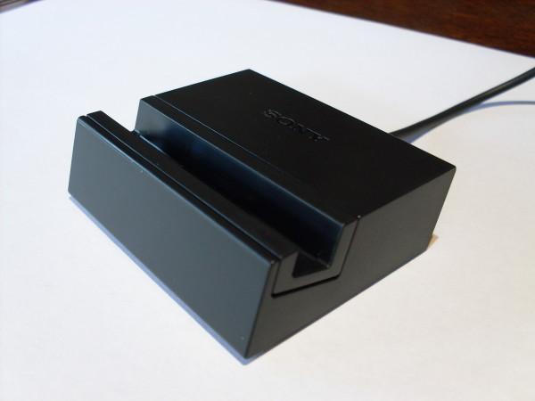 El interesante cargador que incluye Sony en su producto premium, esto obviamente aparte del cable MicroUSB y el conector a la pared.