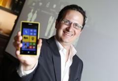Jorge Cella, de Microsoft, con el Lumia 520 personalizado para la ciudad de Buenos Aires.