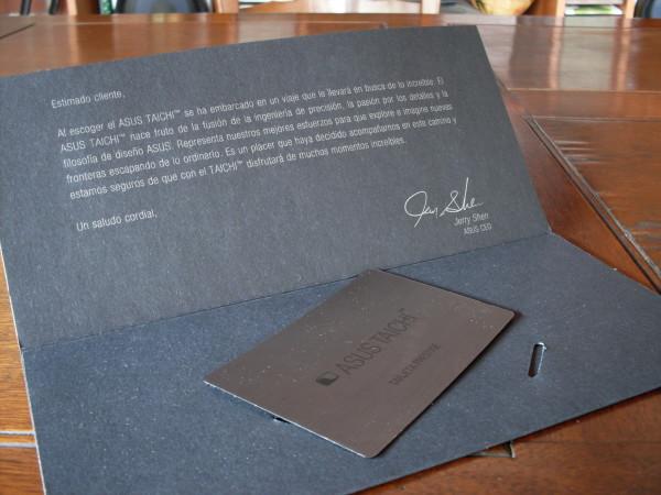 """Dentro, lo primero que vemos en una carta """"firmada"""" por el CEO de Asus que posee una exclusiva tarjeta de beneficios."""