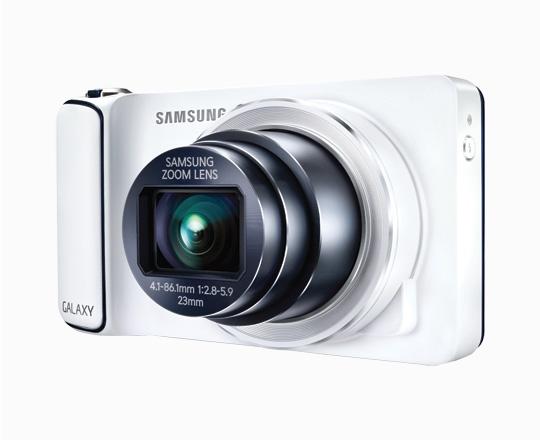 """Aquí tenemos un equipo poco convencional. Perteneciente la famosa línea Galaxy de la empresa, se trata de una cámara que guarda varias similitudes con un smartphone. Cuenta con Android 4.1 como sistema operativo y un procesador de cuatro núcleos de 1.4GHz. Además, cuenta con una enorme pantalla de 4,8"""" y conectividad 3G y Wi-Fi. Todo esto sin sacrificar las características de la cámara, la cual cuenta con un asombroso zoom óptico de 21x. Precio: ARS $4499"""