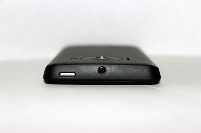 El botón de encendido ubicado en la parte superior. De alguna manera recuerda al HTC One.