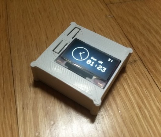 El RetroWatch con la carcasa de plástico impresa en 3D.