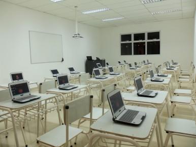Las nueve aulas cuentan con proyector, 30 netbooks, una notebooks para el docente y dispositivo de pizarra digital.