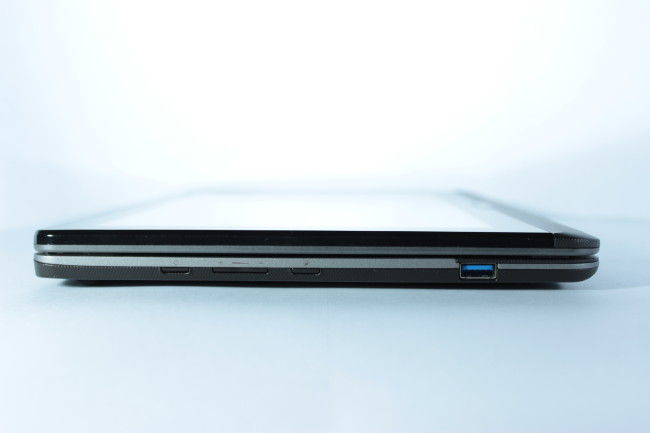 Por último en el lado izquierdo está el último USB 3.0 y los botones físicos externos.