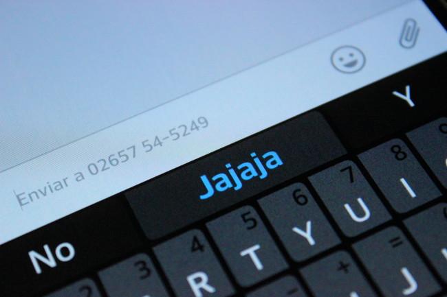 Una vez que se dejan pasar algunos segundos, al bajar el teclado se observa la huella que queda en la pantalla.