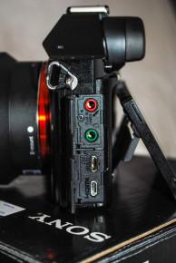Vista de los conectores de auriculares, micrófono, hdmi y micro usb