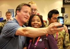 Cameron sacándose una selfie.