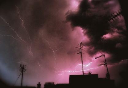 La descarga eléctrica deun rayo que seorigina en laatmosfera porcarga estática puede tenerun máximo de corrientede 200.000amperes.