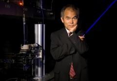 El premio Nobel posando con una luz LED azul.