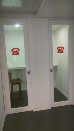 Dos cabinas telefónicas para hablar con privacidad y sin molestar a los demás