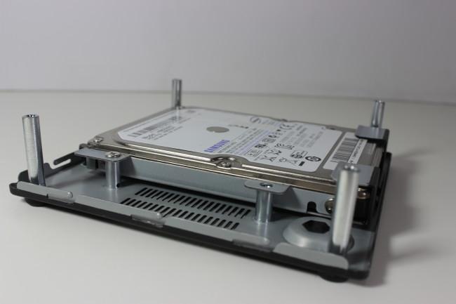 La tapa inferior es donde se monta el disco SATA.